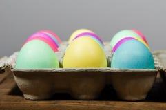 Коробка яичка красочных покрашенных пасхальных яя Стоковое фото RF