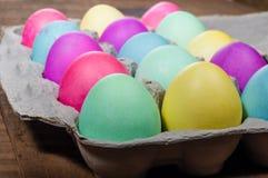 Коробка яичка красочных покрашенных пасхальных яя Стоковая Фотография RF
