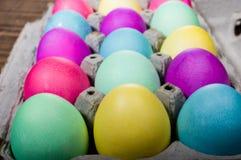 Коробка яичка красочных покрашенных пасхальных яя Стоковые Изображения RF