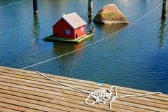Коробка для вложенности водоплавающей птицы на воде Стоковые Фото
