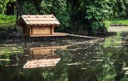 Коробка для вложенности водоплавающей птицы отражена в воде Стоковые Изображения RF