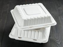 Коробка для завтрака картона 2 на деревянной предпосылке Стоковые Изображения