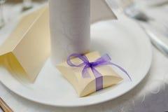 Коробка bonbonniere свадьбы с фиолетовым смычком Стоковая Фотография RF