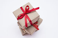 Коробка kraft подарка квадратная с красной лентой Стоковое фото RF
