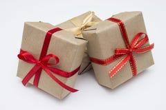Коробка kraft подарка квадратная с красной лентой Стоковая Фотография