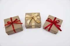 Коробка kraft подарка квадратная с красной лентой Стоковые Изображения
