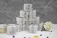 Коробки благосклонности свадьбы на белой скатерти Стоковое Фото