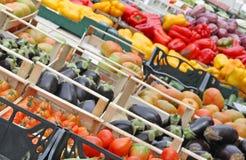 Коробки вполне свежих фруктов и овощей Стоковое Изображение
