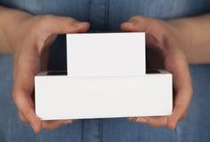 2 коробки в руках женщины Стоковые Изображения RF