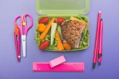 Коробки для завтрака с свежим здоровым вторым завтраком стоковые фотографии rf