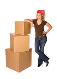 Коробки: Женщина полагается на стоге загерметизированных коробок Стоковые Изображения