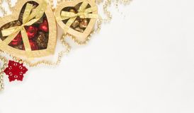 Коробки золота подарка рождества на белой предпосылке Взгляд сверху с космосом экземпляра Стоковые Изображения RF