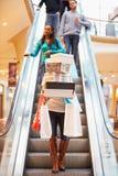 Коробки и сумки нося женщины в торговом центре Стоковое Изображение RF
