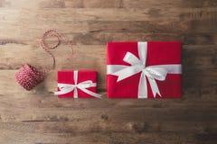 Коробки красного праздничного подарка рождества и Нового Года с белой лентой Стоковые Изображения RF