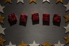 Коробки красного цвета присутствующие на шифере с рамкой звезды Стоковое фото RF