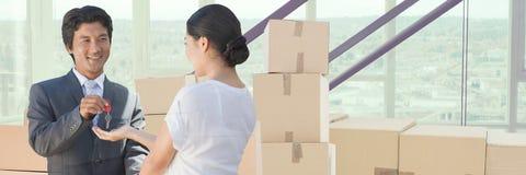 коробки людей moving в новый дом с ключом Стоковые Фото