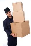Коробки молодого мальчика курьера moving Стоковые Изображения