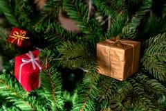Коробки настоящего момента красного цвета украшения рождественской елки Стоковые Фото