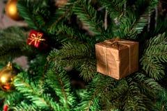 Коробки настоящего момента красного цвета украшения рождественской елки Стоковое Изображение RF