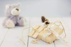 Коробки на игрушке светлой деревянной предпосылки предпосылки мягкой носят Стоковая Фотография RF