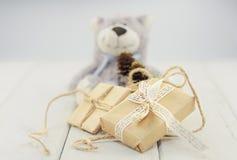 Коробки на игрушке светлой деревянной предпосылки предпосылки мягкой носят Стоковое Фото