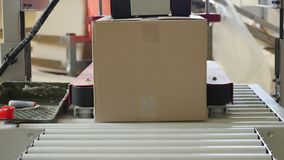 Коробки на транспортере на фабрике Стоковое фото RF