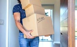 коробки нося двигать человека стоковое фото rf