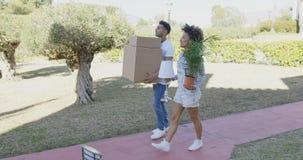Коробки нося молодого дома пар moving Стоковая Фотография
