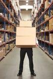 Коробки нося человека в пакгаузе Стоковая Фотография