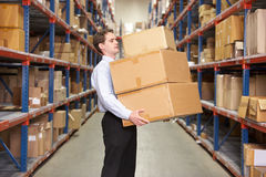 Коробки нося человека в пакгаузе Стоковое Изображение RF