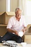Коробки дома и упаковки старшего человека Moving Стоковые Фотографии RF