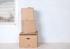 коробки опорожняют moving комнату Стоковое Фото