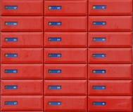 коробки помечают буквами красный цвет Стоковое фото RF