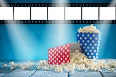 Коробки попкорна на голубой предпосылке Стоковое Изображение