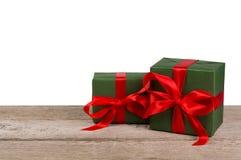 Коробки праздничного подарка дня рождения в упаковочной бумаге на белой древесине Стоковые Фотографии RF