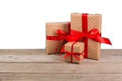 Коробки праздничного подарка дня рождения в упаковочной бумаге на белой предпосылке Стоковое Изображение