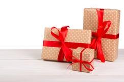 Коробки праздничного подарка дня рождения в упаковочной бумаге на белизне Стоковые Изображения