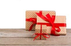 Коробки праздничного подарка дня рождения в упаковочной бумаге на белой предпосылке Стоковые Изображения