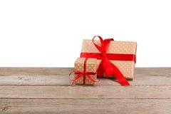 Коробки праздничного подарка дня рождения в упаковочной бумаге на белой предпосылке Стоковые Фото