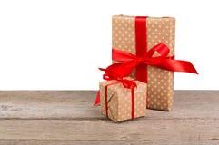 Коробки праздничного подарка дня рождения в упаковочной бумаге на белой предпосылке Стоковые Фотографии RF
