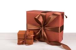 Коробки праздничного подарка рождества обернутые в бумаге на белой древесине Стоковая Фотография RF