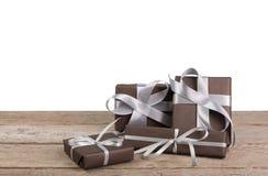 Коробки праздничного подарка рождества обернутые в бумаге на древесине на белой предпосылке Стоковое Изображение