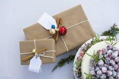 Коробки праздничного подарка и домодельная сверкная белизна Chocol клюквы Стоковые Фотографии RF