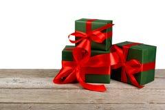 Коробки праздничного подарка рождества в зеленой книге изолированной на белизне Стоковые Изображения RF