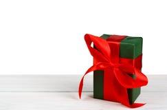 Коробки праздничного подарка рождества в зеленой книге изолированной на белизне Стоковые Изображения