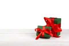 Коробки праздничного подарка рождества в зеленой книге изолированной на белизне Стоковые Фото