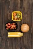2 коробки при овощи стоя в середине стола Стоковая Фотография
