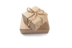 2 коробки при подарки обернутые в бумаге Kraft на изолированном белом ба Стоковые Фотографии RF