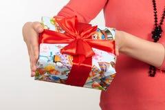 Коробки при подарки связанные с красными лентой и смычками на белой предпосылке Стоковые Фото