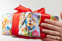 Коробки при подарки связанные с красными лентой и смычками на белой предпосылке Стоковое Изображение